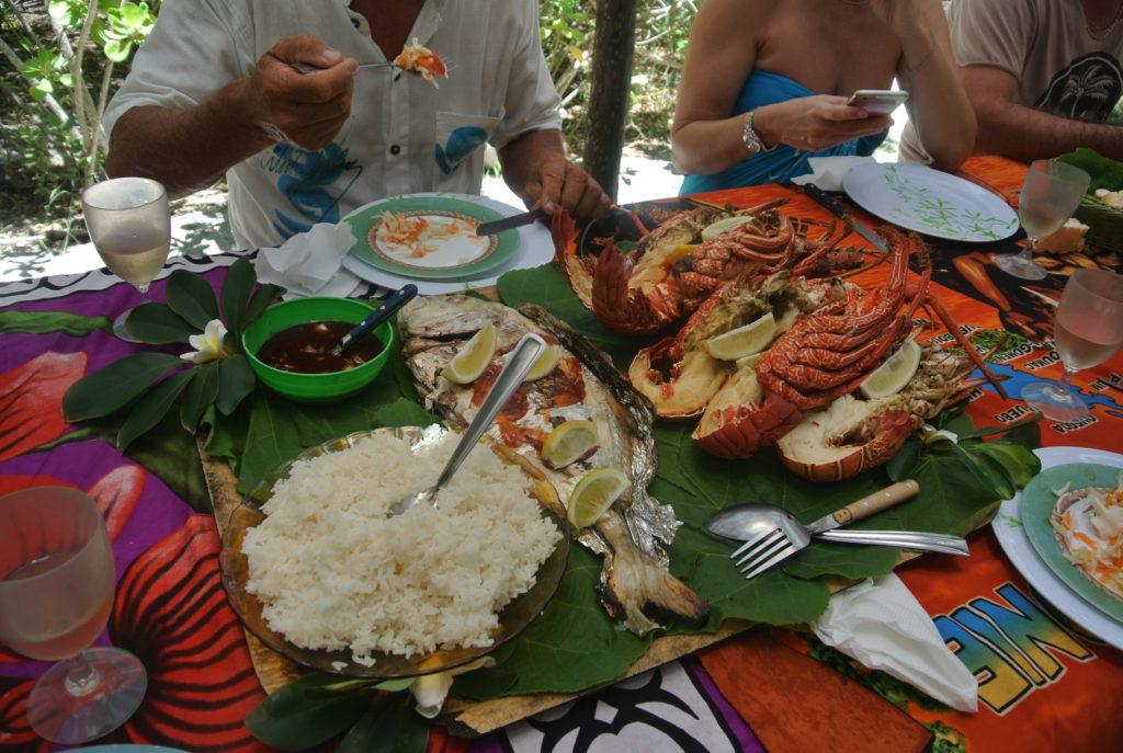 Repas sur un ilot de Nouvelle-Calédonie : langoustes grillés et possons frais