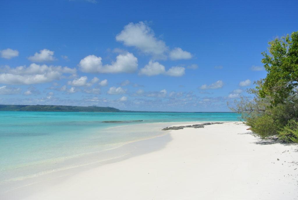 Plage de sable blanc, ilots de Nouvelle-Calédonie, croisière sur le catamaran abaca