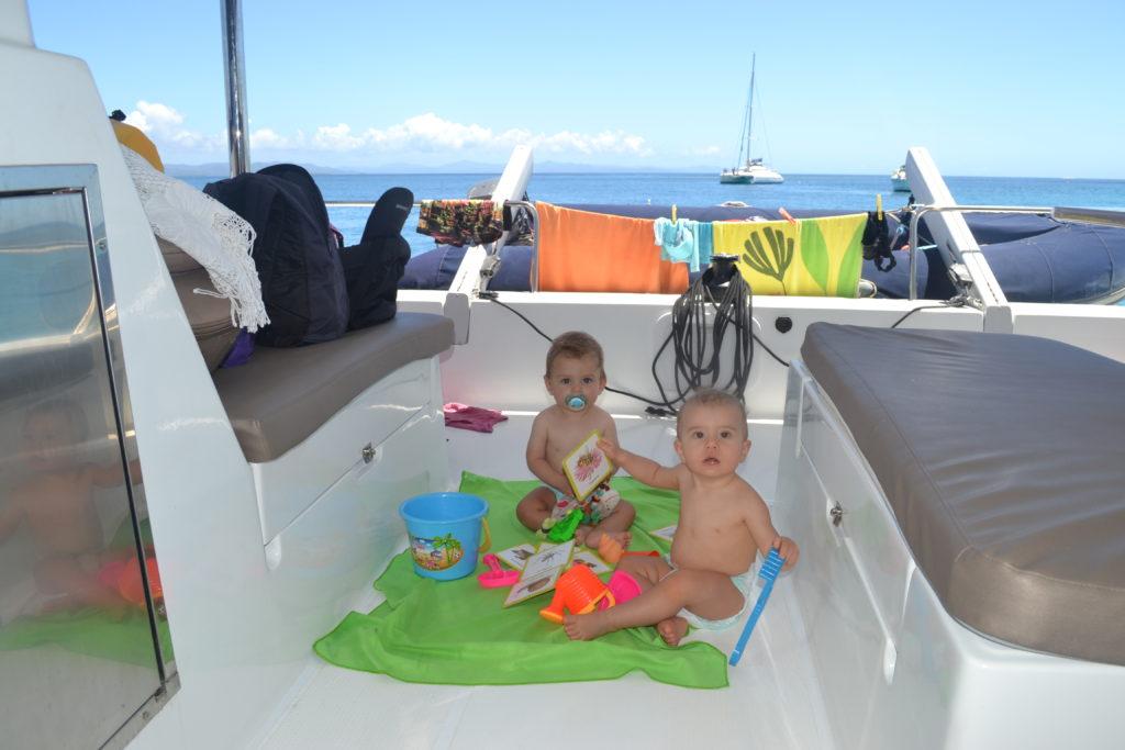 2 bébés à bord du catamaran abaca - croisière en Nouvelle-Calédonie